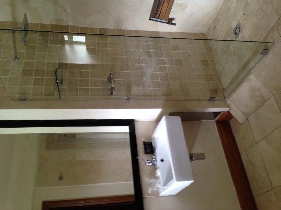 Belaire Suites: Bathroom