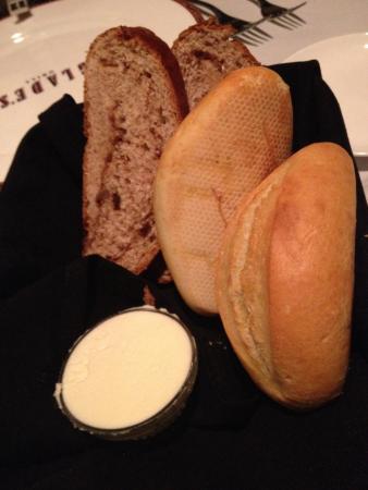 Glade's Grill & Bar: Raisin bread and white bread