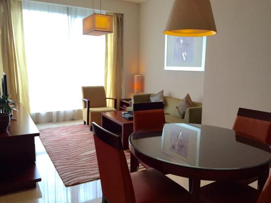 The Mayflower, Jakarta - Marriott Executive Apartments: Living room of the 1-Bedroom Apartment