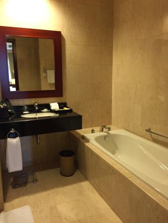 The Mayflower, Jakarta - Marriott Executive Apartments: Bathroom, there is a seperate shower cubicle behind the door