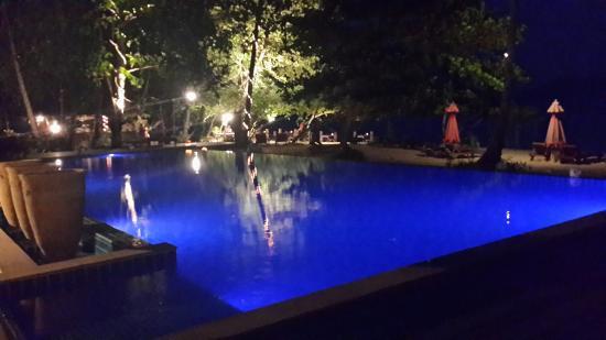 Chivapuri Beach Resort Koh Chang: Pool at night