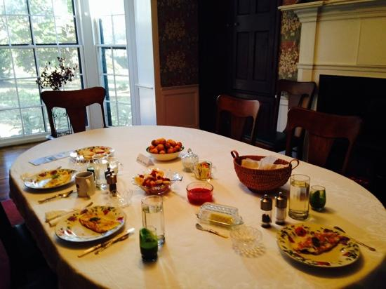 Oak Grove Plantation Bed and Breakfast: delicious breakfast with wheat free biscuits, tasty omelet and juice