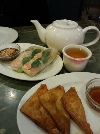 Far East Restaurant: Jasmine Tea, Spring rolls with peanut sauce and Cream Cheese Wontons