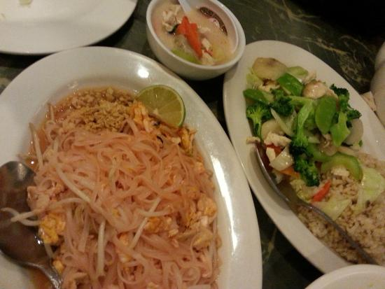 Far East Restaurant: Pad Thai & Veggie Delight with Chicken