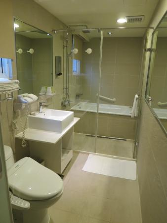 Dandy Hotel - Daan Park Branch: Standard room bath - heated toilet and large shower space