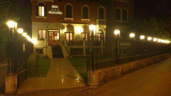 Hotel Villa Cipro: Hotellet ved aftentide set forfra