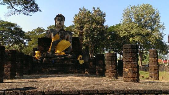 Si Satchanalai, Tailândia: Buddhas hinter der Chedi