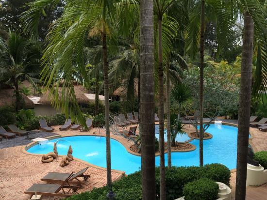 Tup Kaek Sunset Beach Resort : Swimmingpool from the main building.