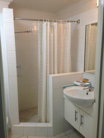 High Chaparral Motel: Shower