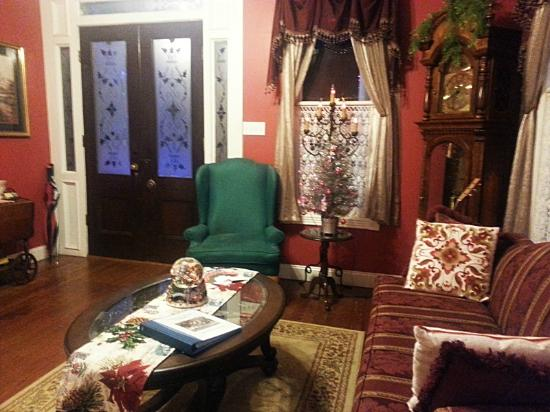 White Oak Manor Bed and Breakfast : Front parlor