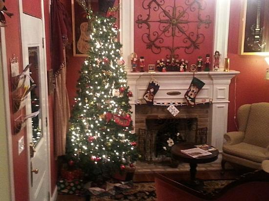White Oak Manor Bed and Breakfast : Beautiful Christmas tree and fireplace