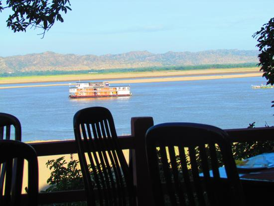 Bagan Hotel River View : restaurant on the river