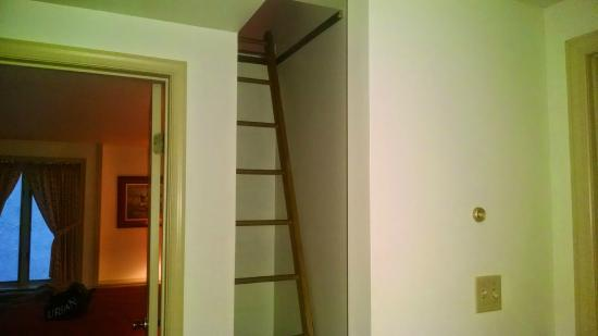 Stone Bridge Inn: Ladder to the loft for kids.