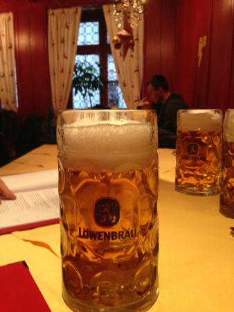 Hofer Der Stadtwirt: Wonderful place for Brats & Beer with friends!