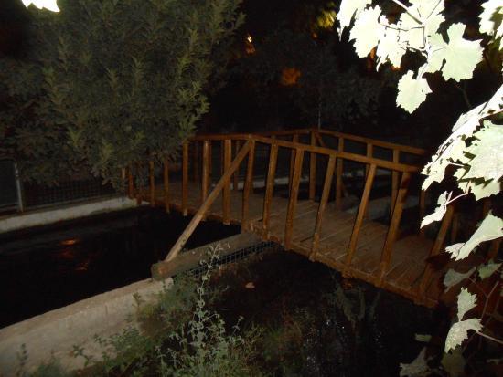 Bodamya Tepe Restaurant: bridge over the stream