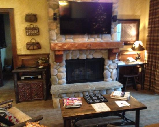 The Wilderness Club at Big Cedar: Fireplace in living room of presidential suite