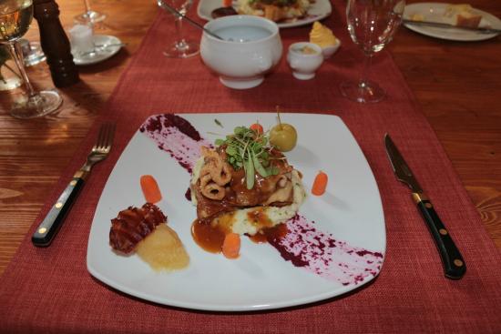 La Madeleine : Pork Cheeks on mash and beetroot paint