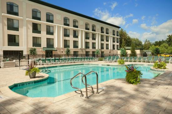 Wingate by Wyndham Lake George: Outdoor Pool