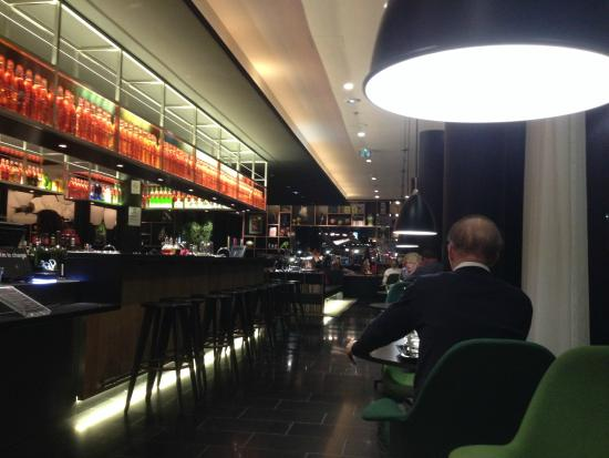 Salle manger picture of citizenm paris charles de for Salle a manger paris