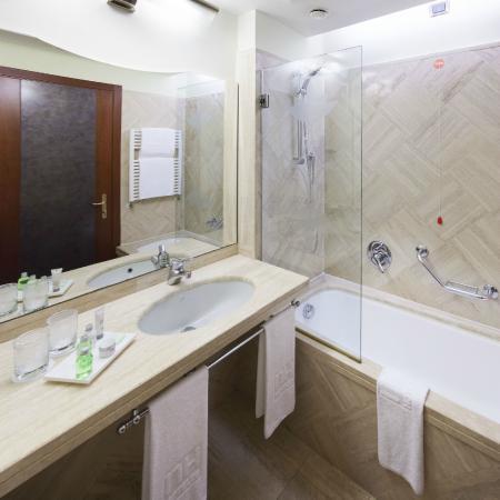 NH Roma Villa Carpegna : Guest Room - Bathroom