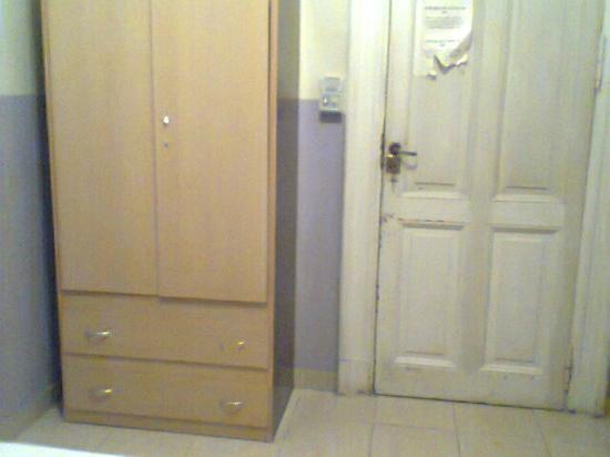 Hotel O'rei: puerta de la habitacion y ropero