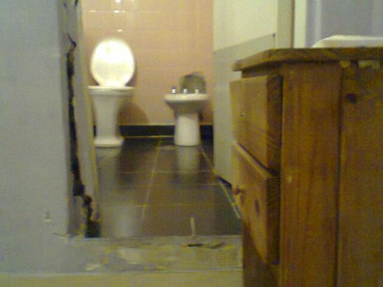 Hotel O'rei: puerta del baño