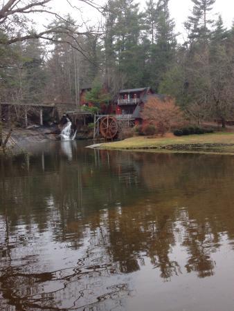 Season's at Highland Lake: Entrance to the resort