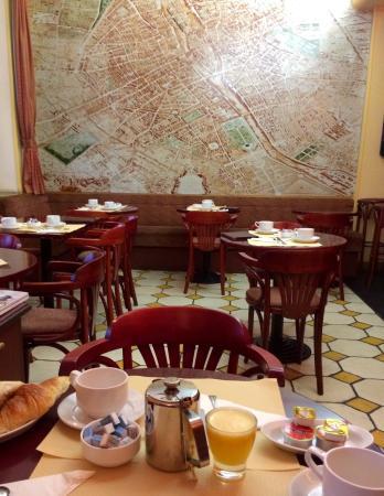Hotel du Quai-Voltaire : 1階のレストラン 朝食はクロアッサンとフランスパンをジャムとバターで食べます