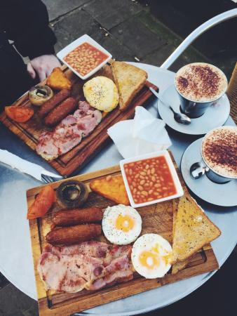 Riverside Cafe Lambeth Pier: Two big breakfasts and cappuccinos.