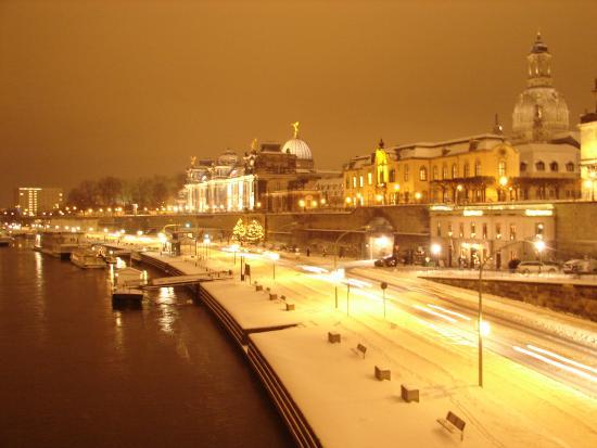 Elbufer Dresden : during winter nights