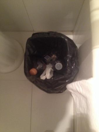Salles Hotel : Trash bin full