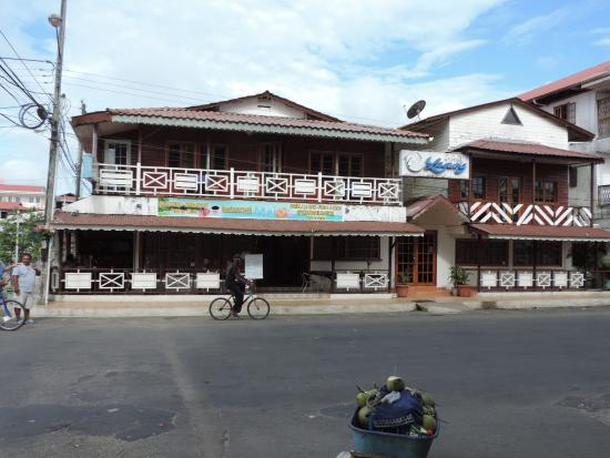 Fachada del Hotel Laguna