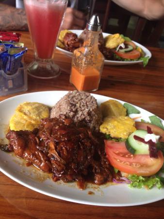 Selvin's: Pollo en salsa caribeña y rice n beans