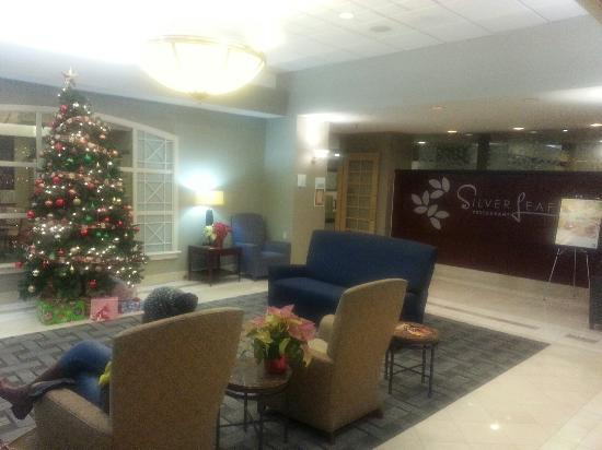 Holiday Inn Arlington At Ballston: Lobby and restaurant