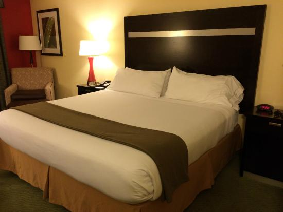 Holiday Inn Express Greenville I-85 and Woodruff Road: The bed.
