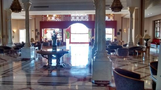 Ramada Plaza Tunis : Hall do hotel em mármore e com detalhes em mosaico primitivo.