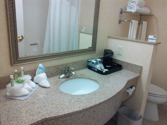 Holiday Inn Express Hotel & Suites Cherry Hills: 奥にコーヒーメーカーが