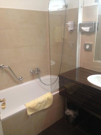 Hotel Carlton Opera: Bathtub
