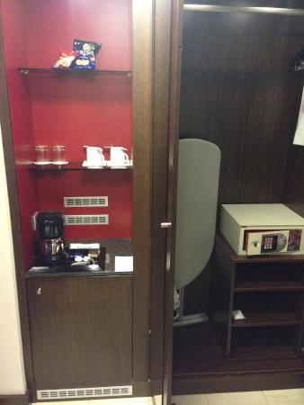 Hotel Carlton Opera: Coffee Maker + Safe