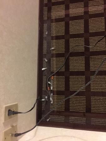 كومفورت سويتس شيكاجو شومبيرج: Needles behind the TV stand.. Scary.