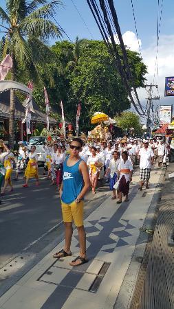 Legian Street: Religious ceremony