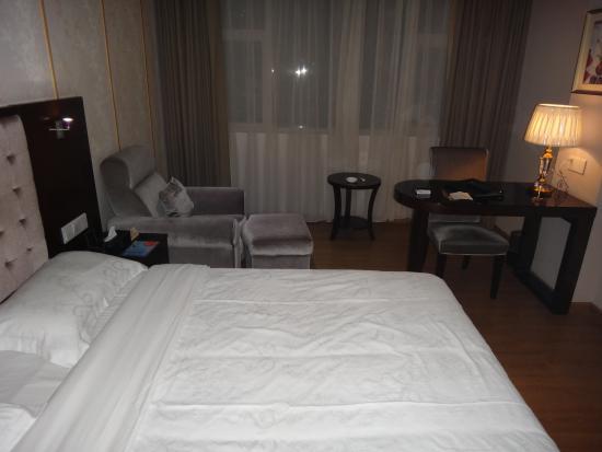 Sunris Prosperous Airport Hotel : 部屋。シャワーのみ