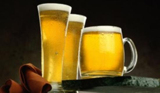 Booze Cruise Sports Bar & Grill: Ice Cold Beer in Frozen Mugs