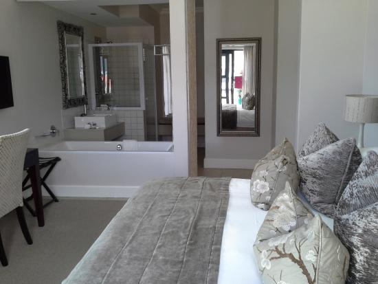 Quarters Hermanus : Bedroom with bathroom