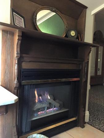 La Belle Epoque : Cozy in room fireplace.