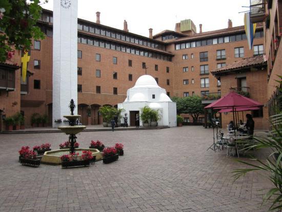 Hotel Estelar La Fontana: Plaza central del hotel y la iglesia