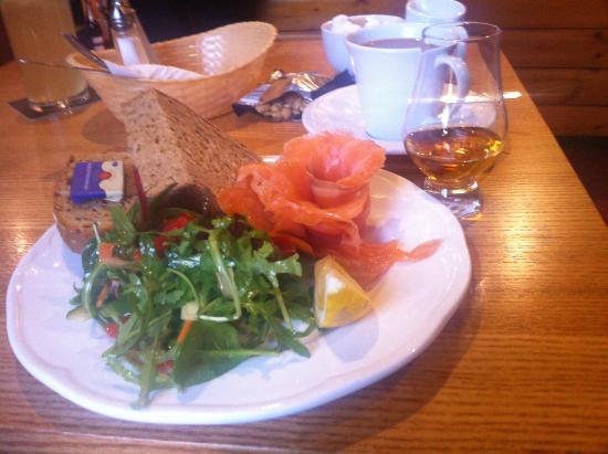 Applecross Inn: Delicious and beautiful presentation. Torridon smoked salmon.mmmm
