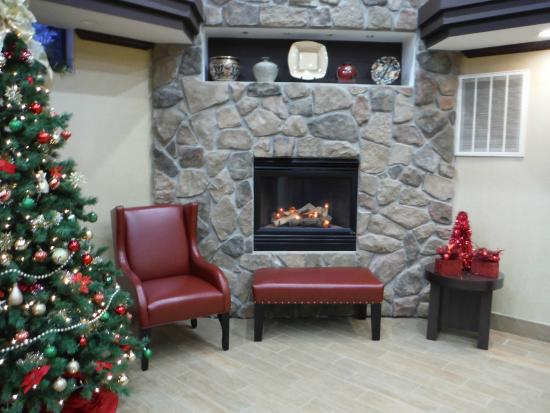 Red Roof Inn: Fireplace (fake, but looks nice)
