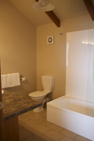 Oreti Village: upstairs bathroom