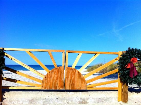 Venice Fishing Pier : I like this gate ... sun design!